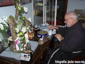 frayconrado1javiermesareig 300x225 Fray Conrado inagura sus belenes en el Convento de los capuchinos